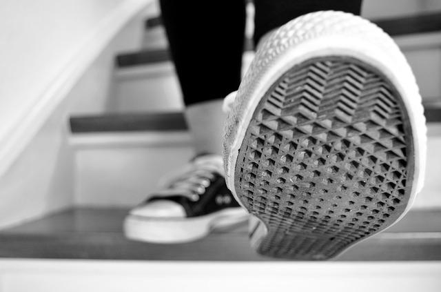 Kráčať po schodoch, nohy, tenisky