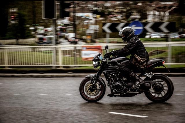 čierny motorkár